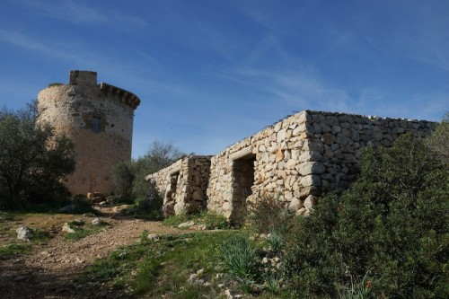 Der Torre de Andritxsol mit den 2 Steinhäusern